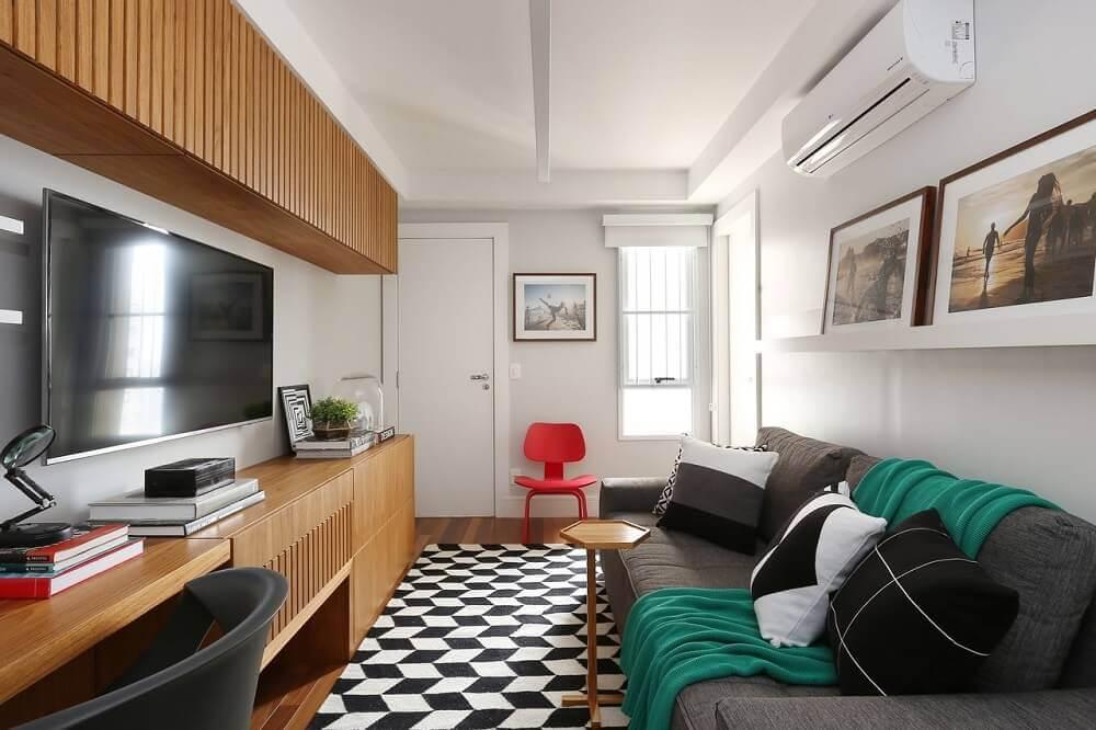 Decoração de sala com tapete preto e branco e sofá cinza