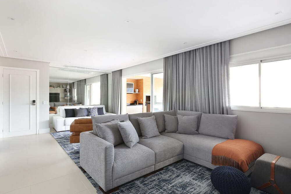 decoração sala de estar sofá em l cinza e tapete mesclado