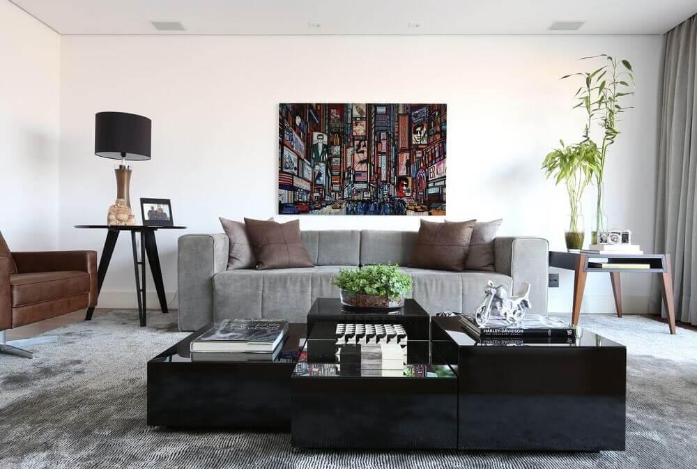 decoração sala com sofá cinza e almofada marrom