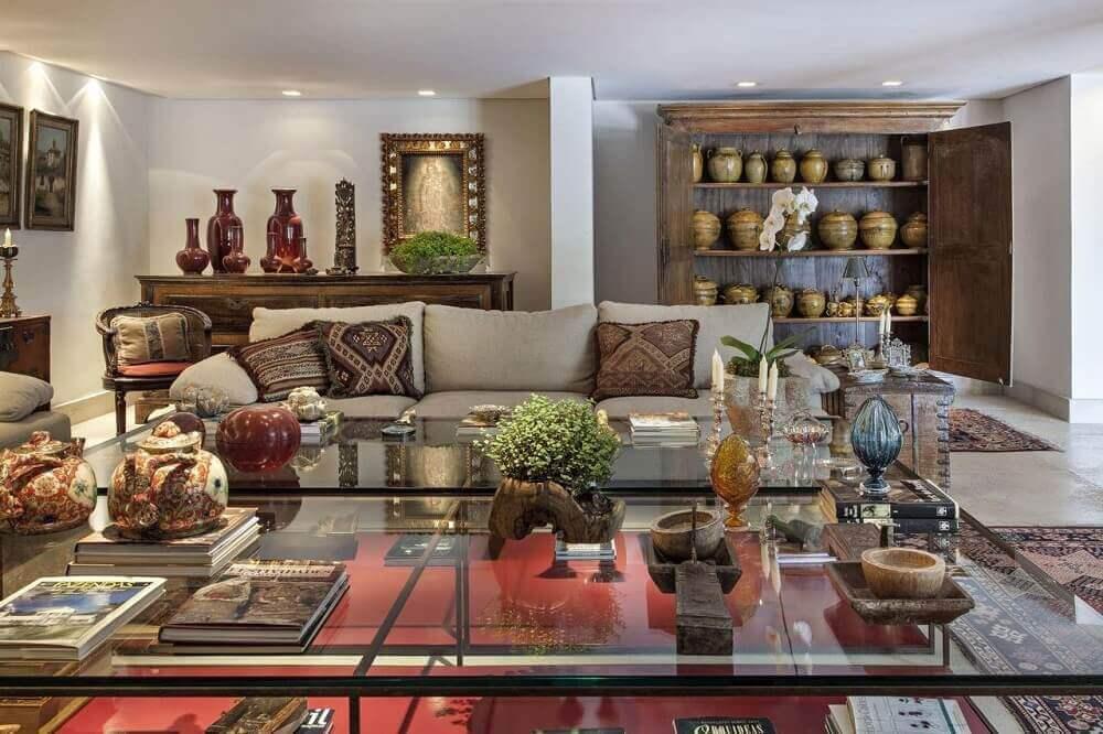 sala de estar com vaso decorativo de madeira