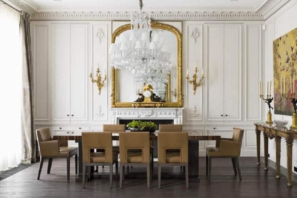 decoração de sala de jantar com espelho dourado