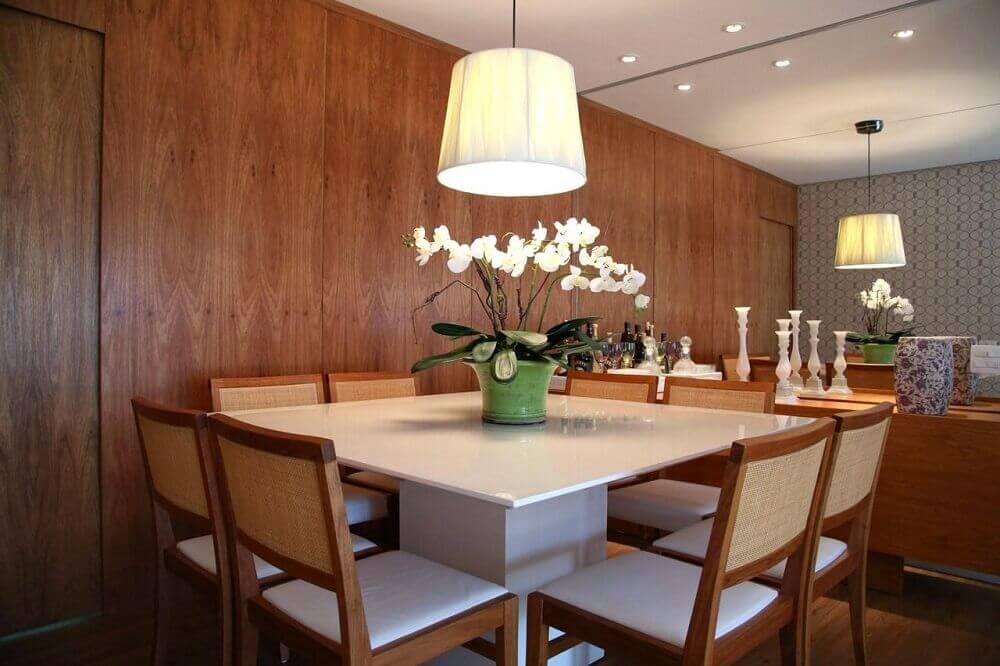 Decoração com buffet de madeira para sala de jantar com espelho