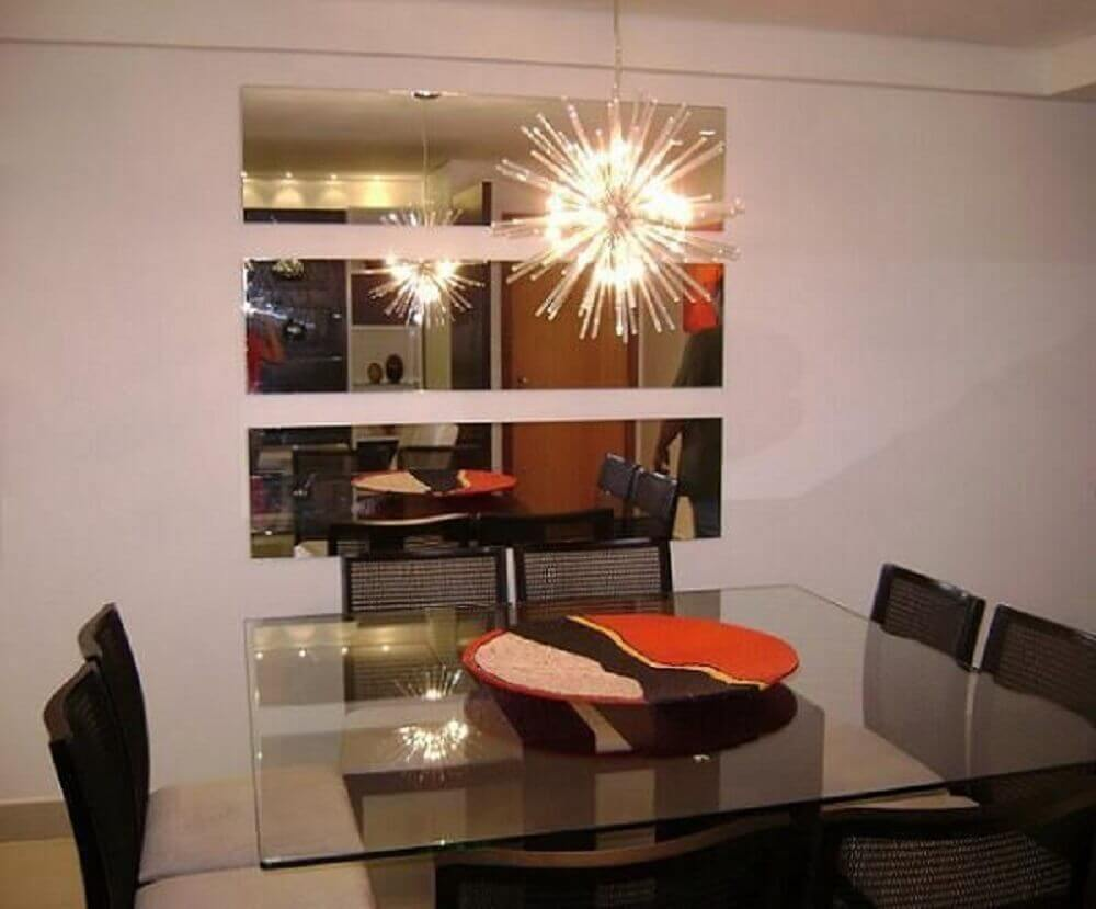 Decoração de sala de jantar com espelho de luminária
