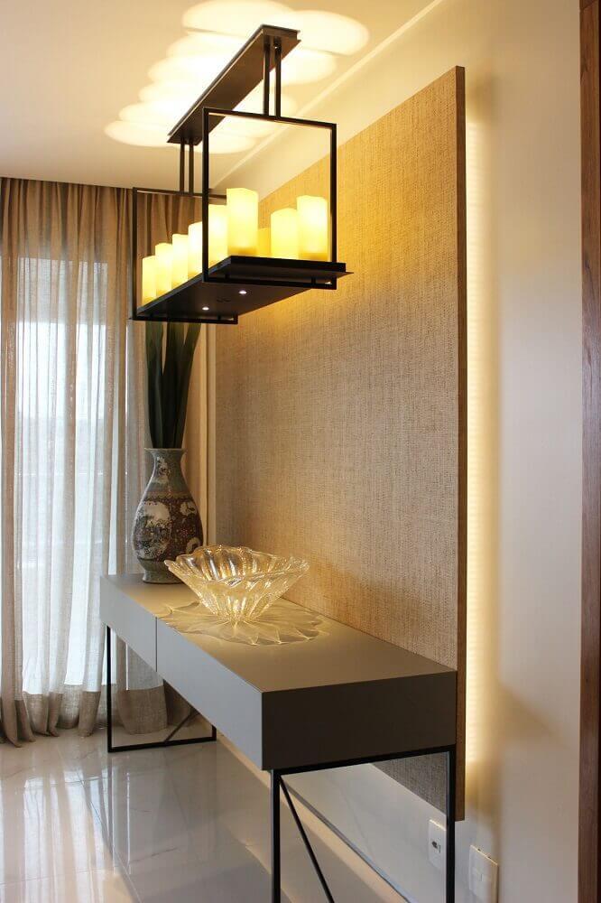 sala de jantar com vaso decorativo estampado