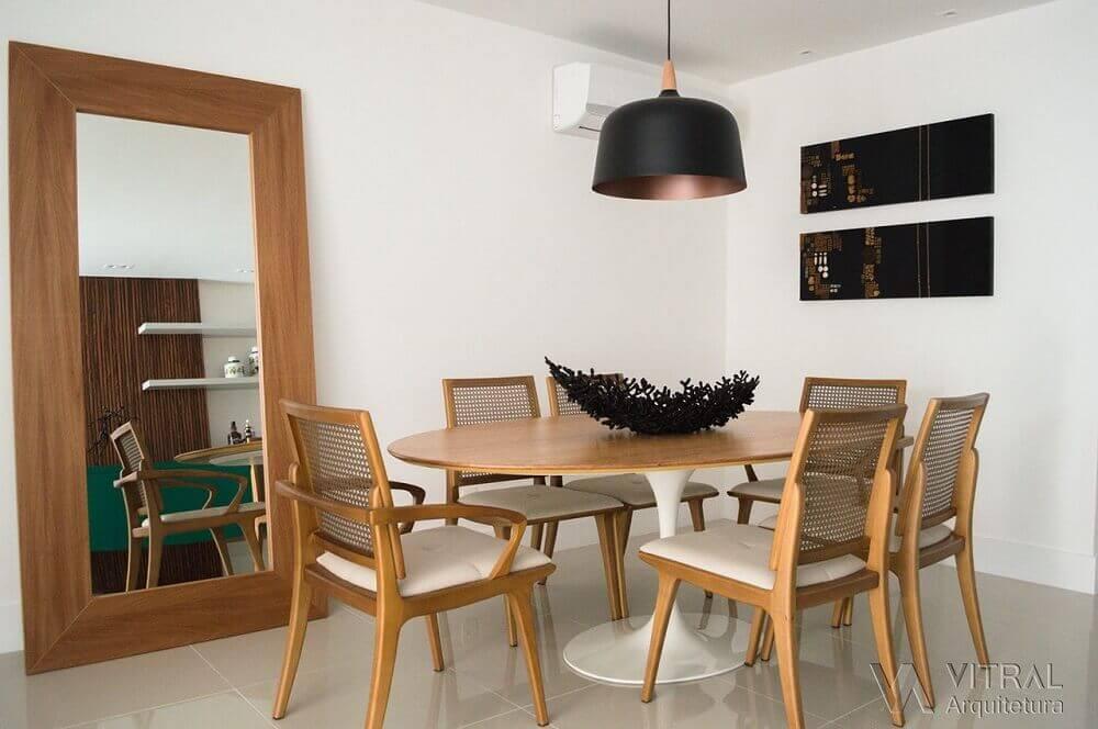 Modelo de espelho para sala de jantar com moldura de madeira