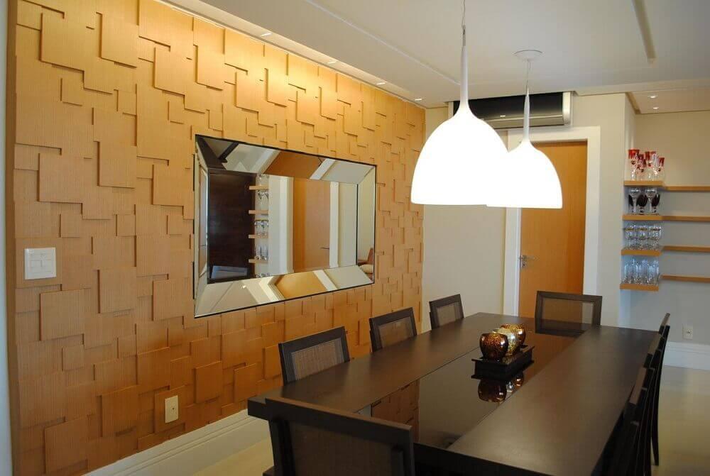 Decoração de sala de jantar com espelho embutido.