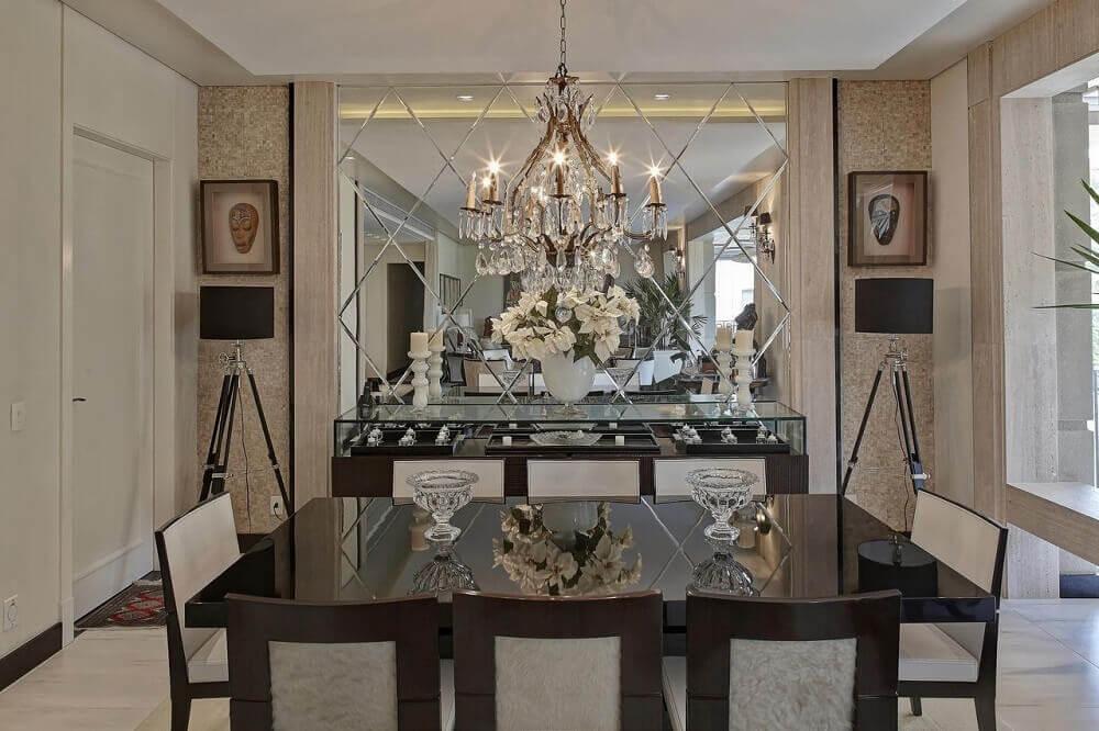 decoração de sala de jantar com espelho e lustre