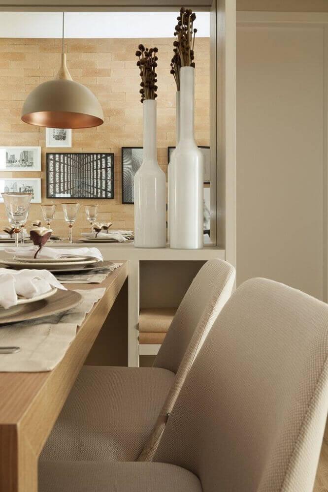 sala de jantar com grandes vasos decorativos