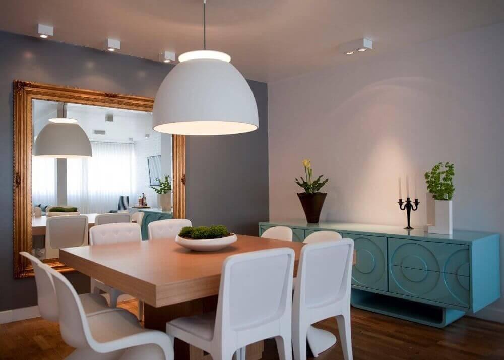 Decoração com buffet para sala de jantar com espelho decorativo.