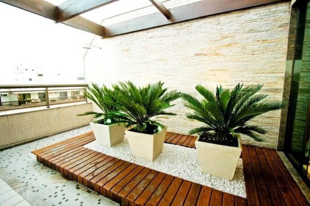 decoração com vasos para plantas quadrados .
