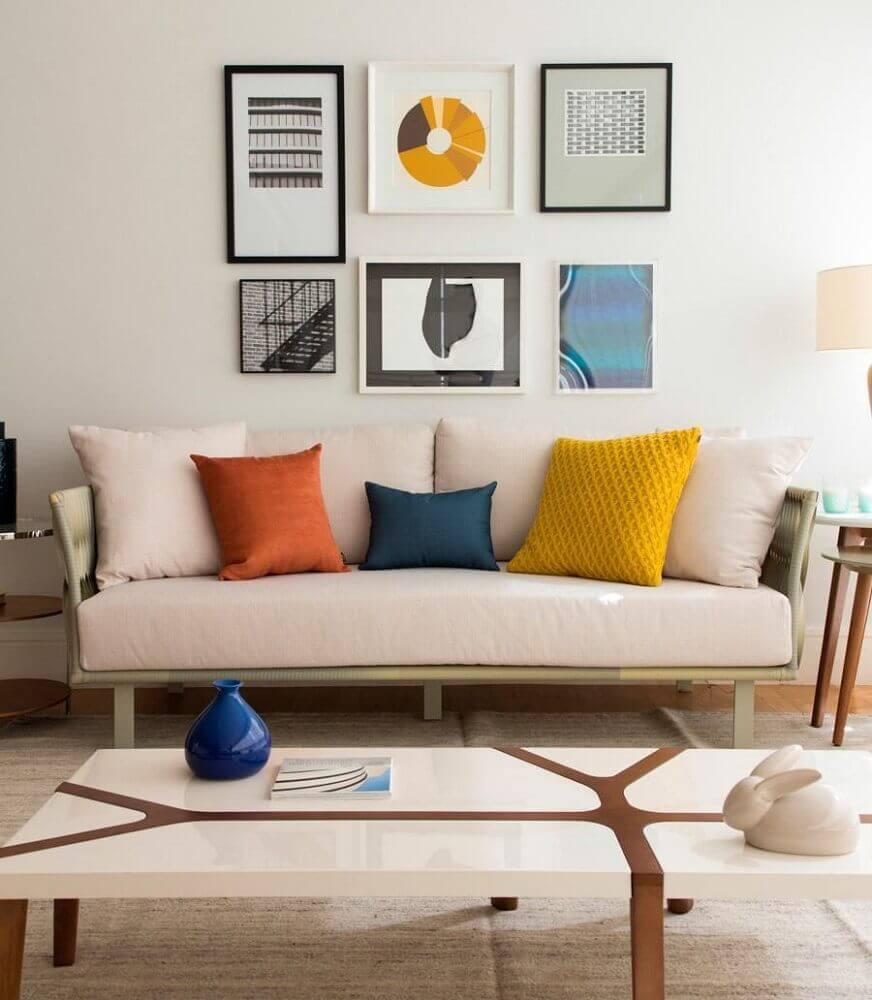 Decoração com almofadas coloridas e grandes para sofá
