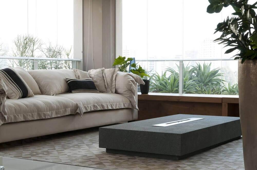 sala com sofá creme e almofadas pequenas e listradas para sofá