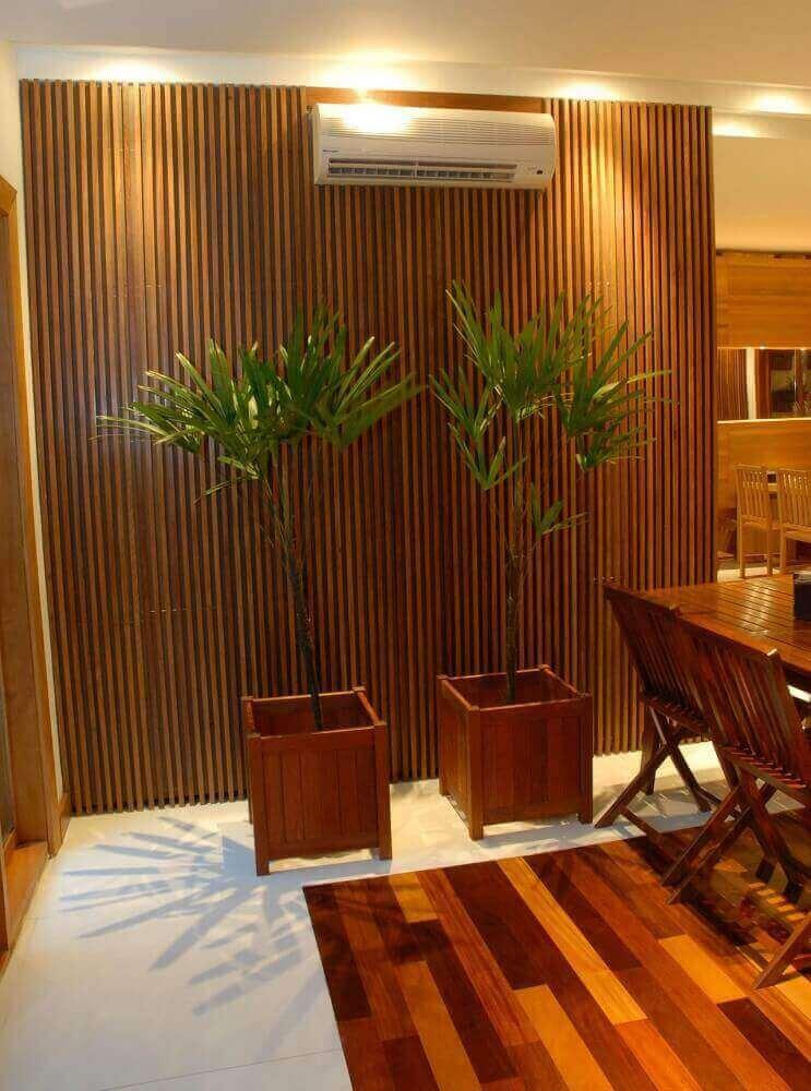 Decoração com grandes vasos decorativos de madeira