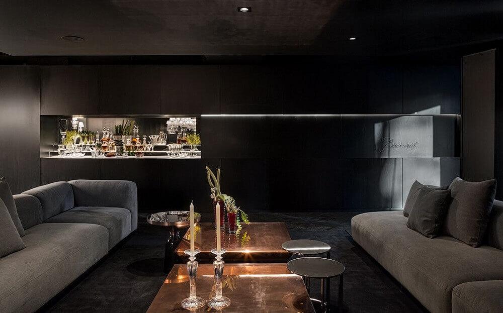 decoração de sala cinza com preto e chaise dourada