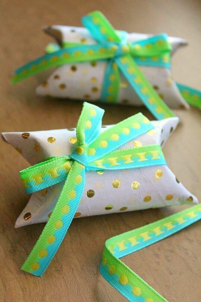 embrulho feito com rolo de papel higiênico
