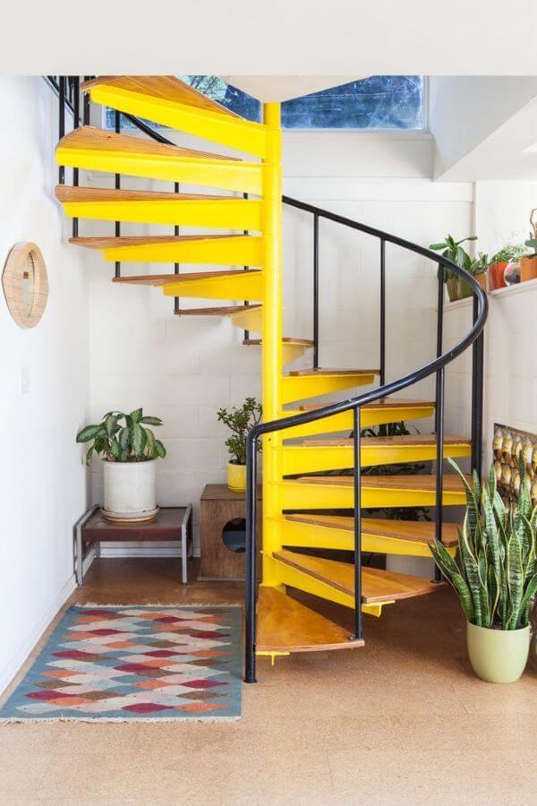 Escada caracol amarela com plantas
