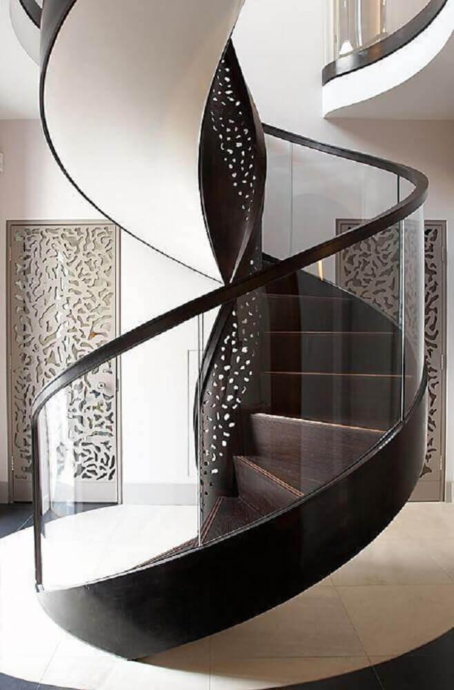 escada caracol de ferro com guarda corpo de vidro