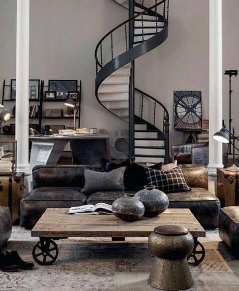 Escada caracol de ferro na sala de estar