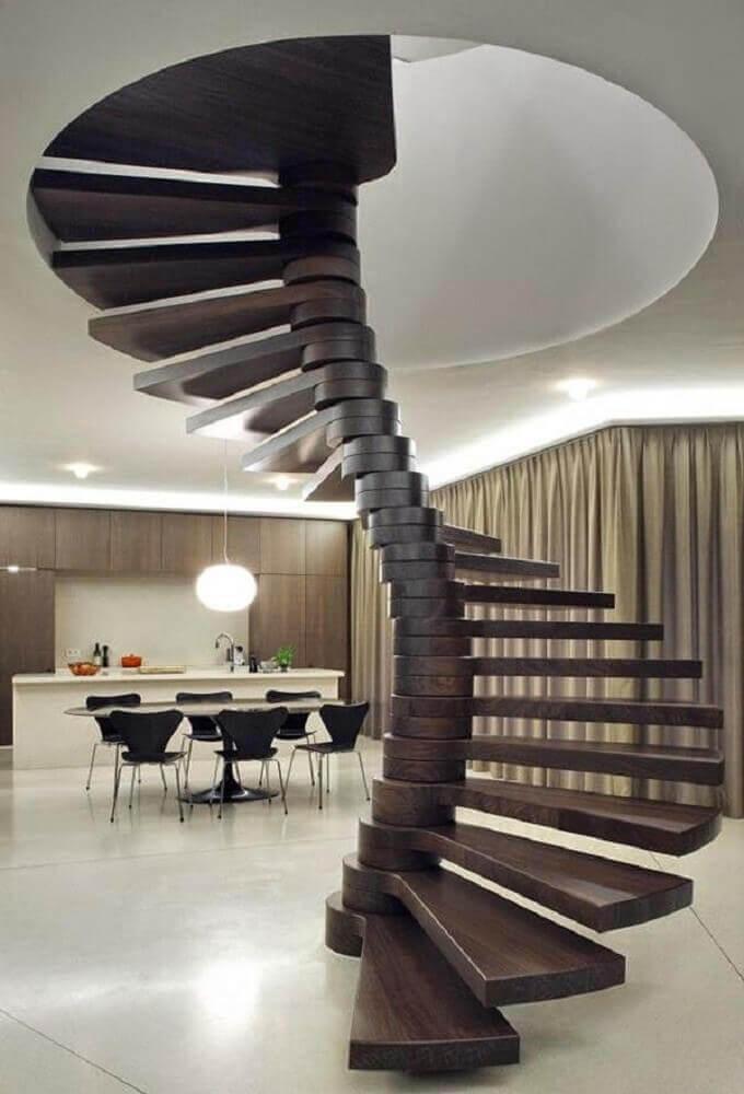 Linda e moderna escada espiral de madeira