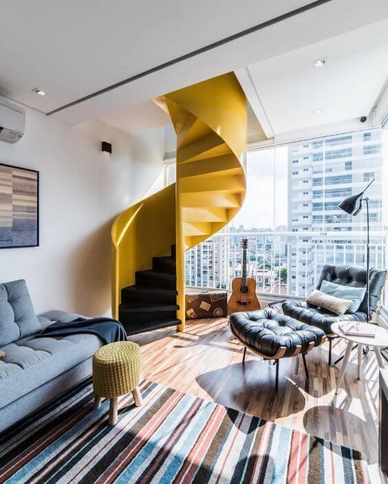 Sala de estar moderna com escada caracol amarela