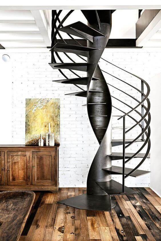 Escada caracol de ferro na sala moderna
