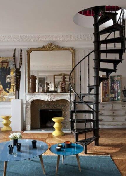 Sala de estar clássica com escada caracol de ferro