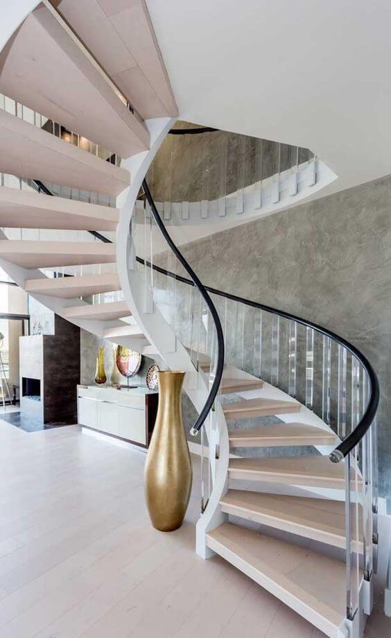 Escada caracol moderna decorada com vasos