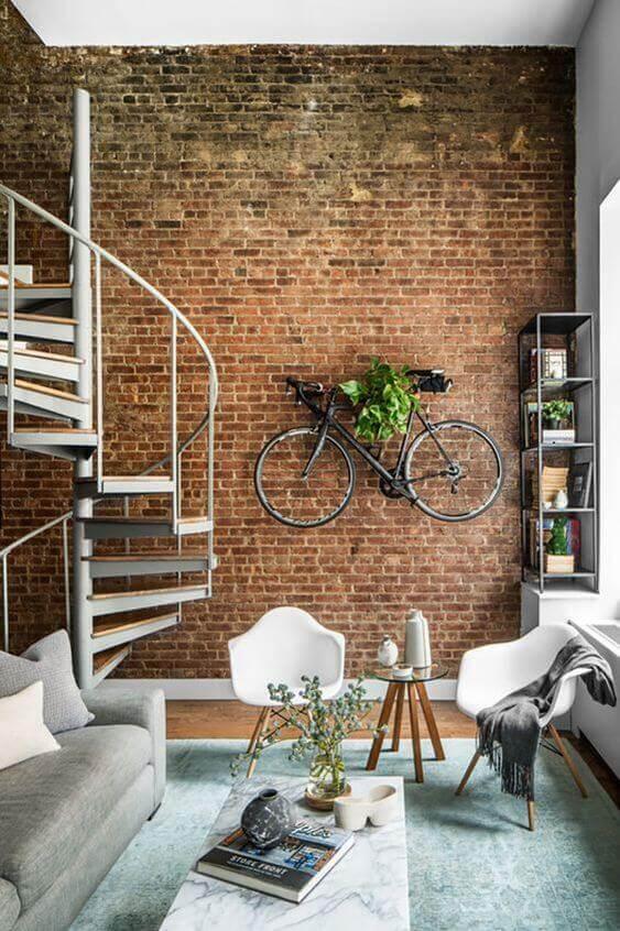 Escada caracol na sala de estar moderna