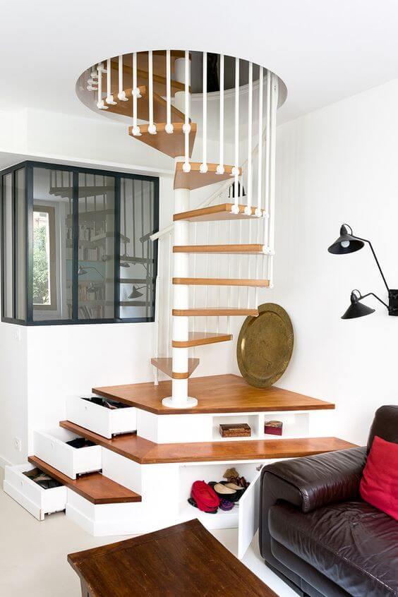 Escada caracol com faveta nos primeiros degraus