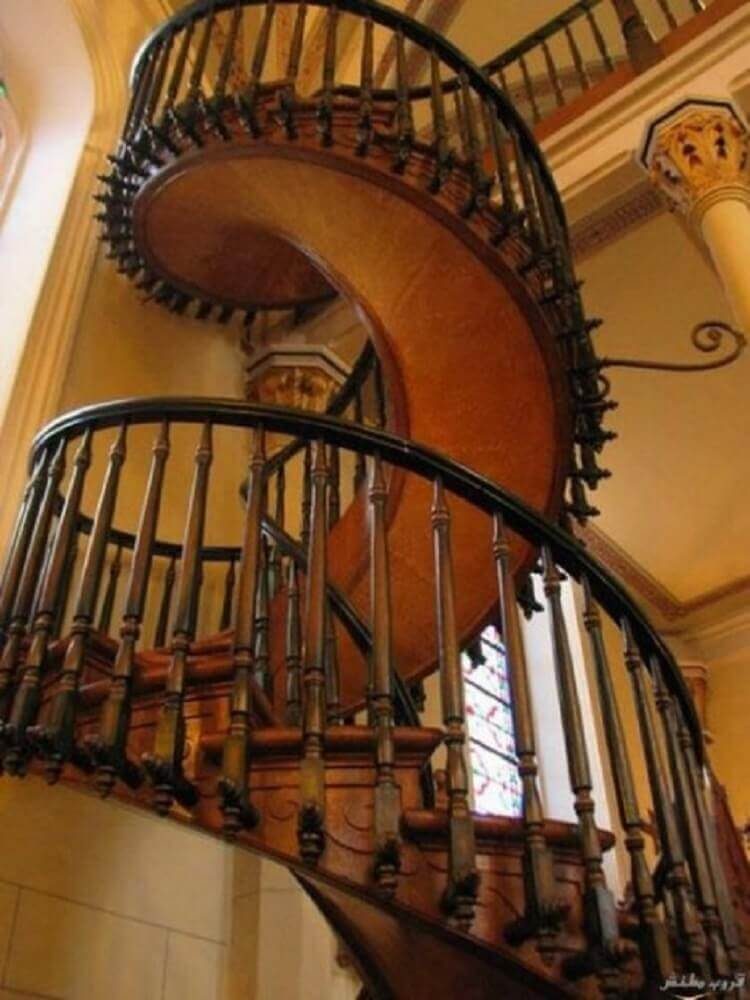 escada especial de madeira