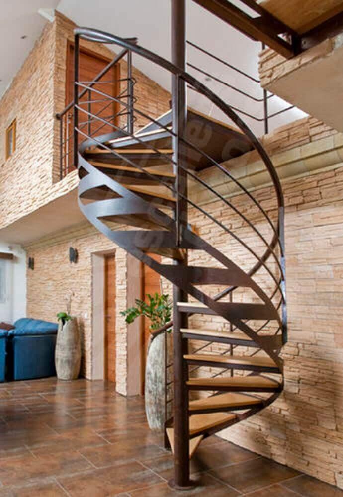Modelo de escada espiral de madeira com ferro