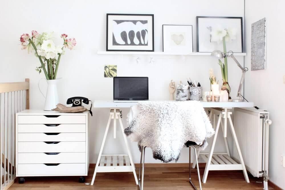 escrivaninha branca com cavaletes