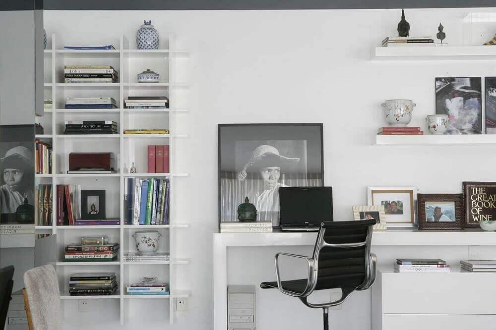 escrivaninha branca com prateleiras na parede