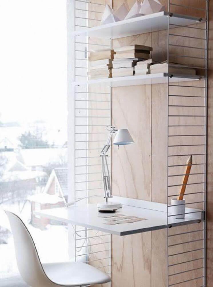 escrivaninha branca e minimalista com prateleiras