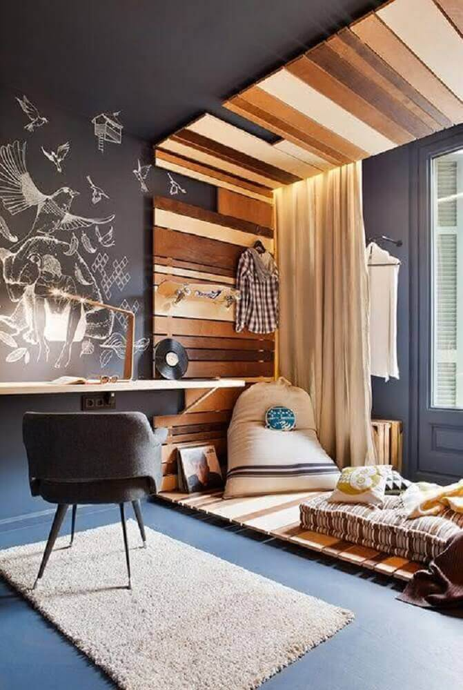 escrivaninha de madeira com parede de lousa