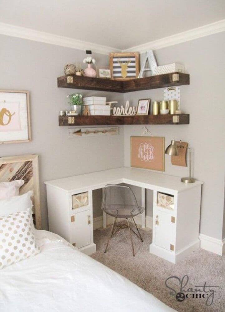 escrivaninha para quarto com prateleiras de madeira