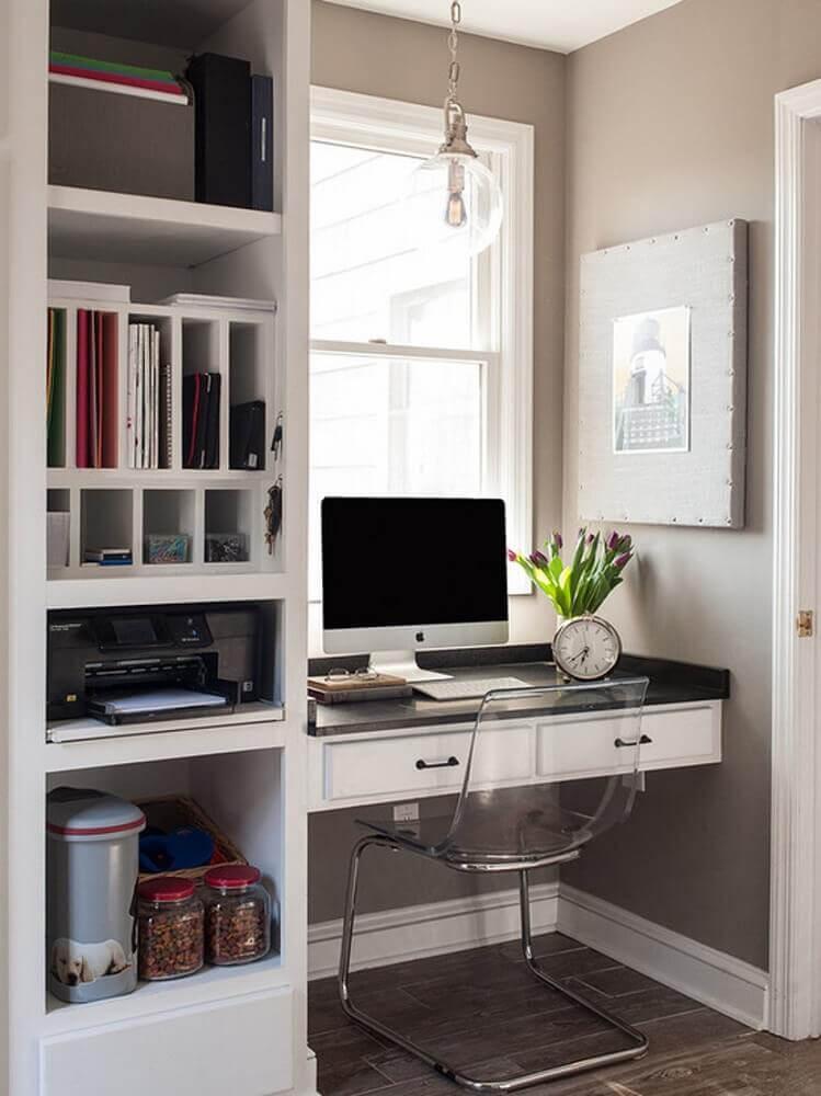 escrivaninha pequena com cadeira de acrílico