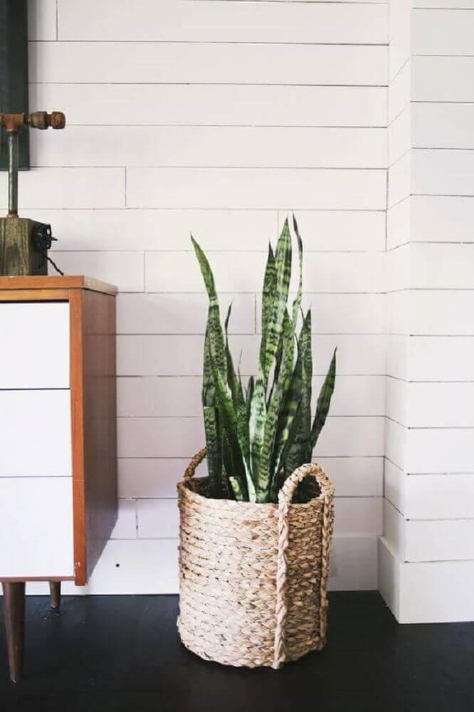 cesto de corda como suporte para vaso de plantas