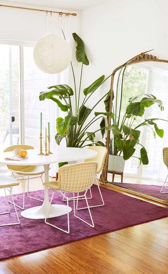 espelho de chão para sala de jantar decorada com mesa redonda e tapete roxo Foto Pinterest