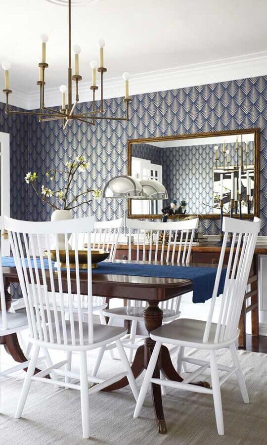 espelho para sala de jantar sofisticada decorada com papel de parede azul e lustre moderno Foto Casinha Colorida