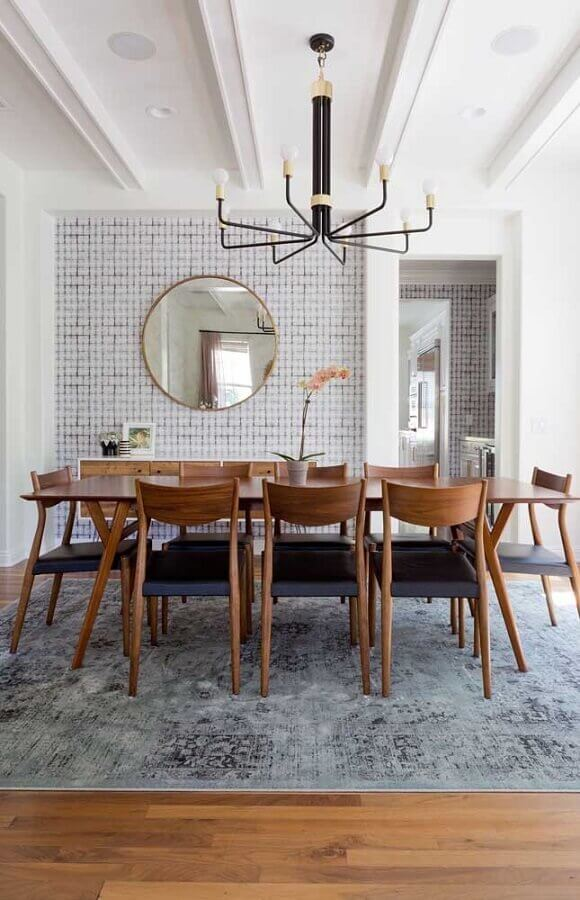 espelho redondo para decoração de sala de jantar moderna com cadeiras e mesa de madeira Foto Apartment Therapy