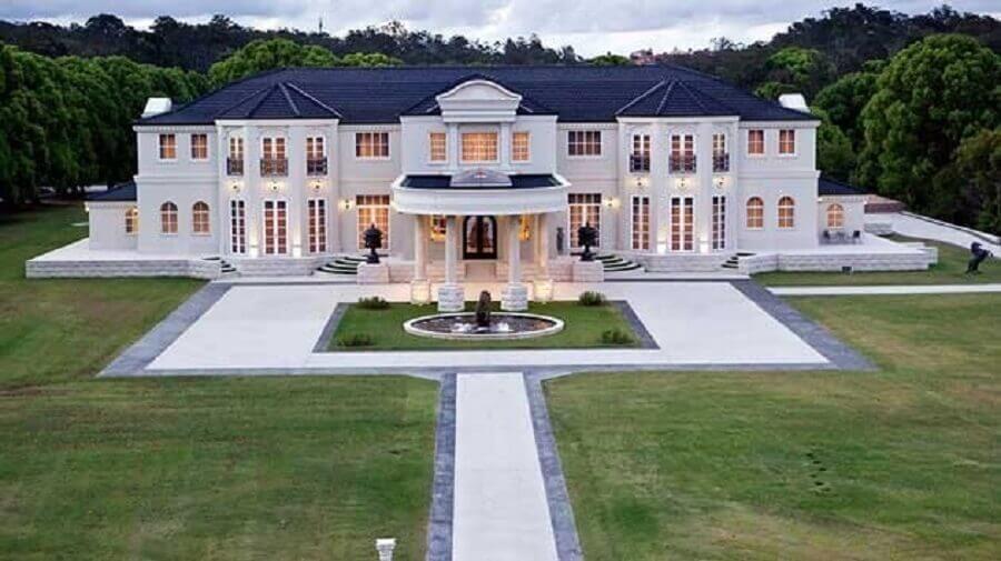 fachada de casas luxuosas com grande jardim