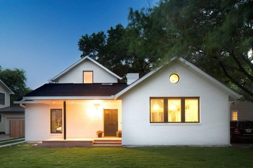 Fachada de casa simples com varanda.