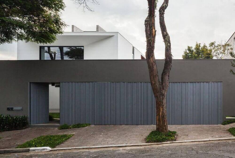 fachada de muro cinza com portão grande