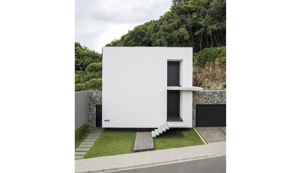 Fachada de casa simples e minimalista.