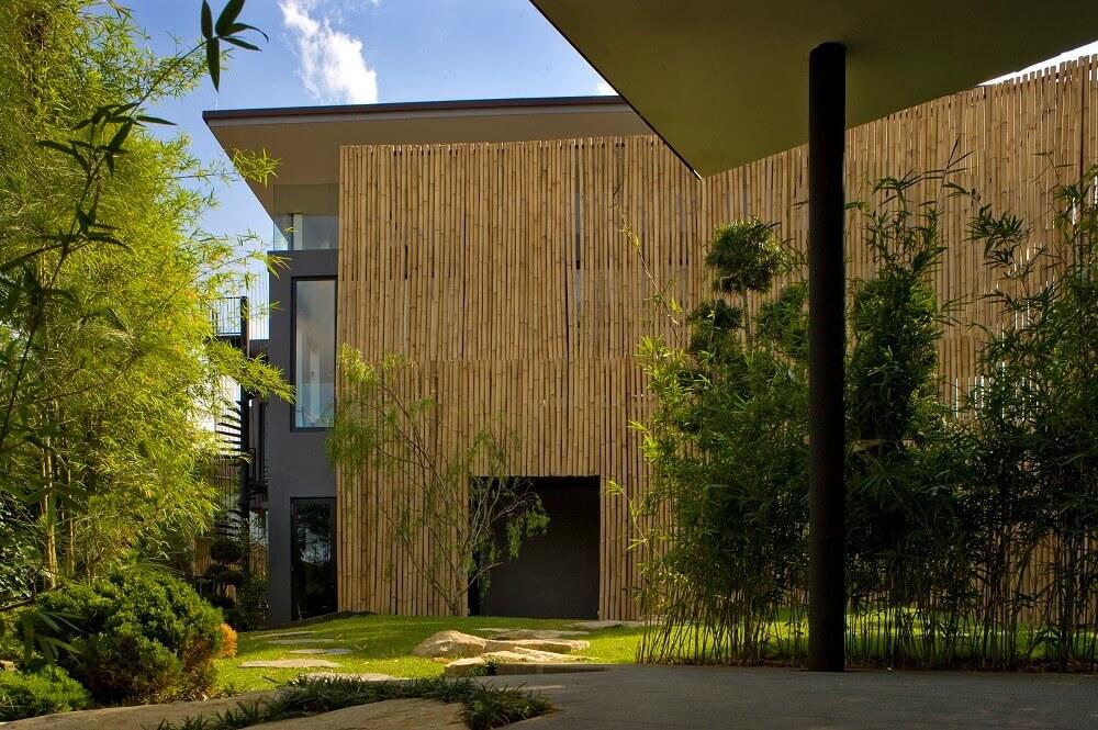 frente de casas com muro de bambu