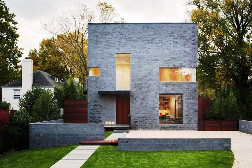 Frente de casas com muro estilo industrial