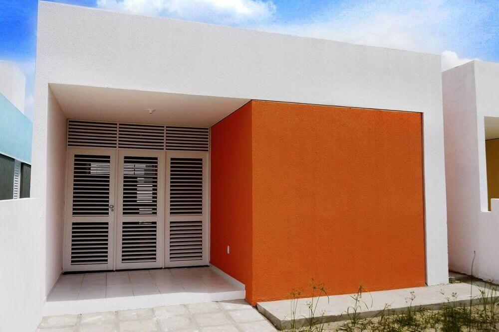 frente de casas com muro laranja
