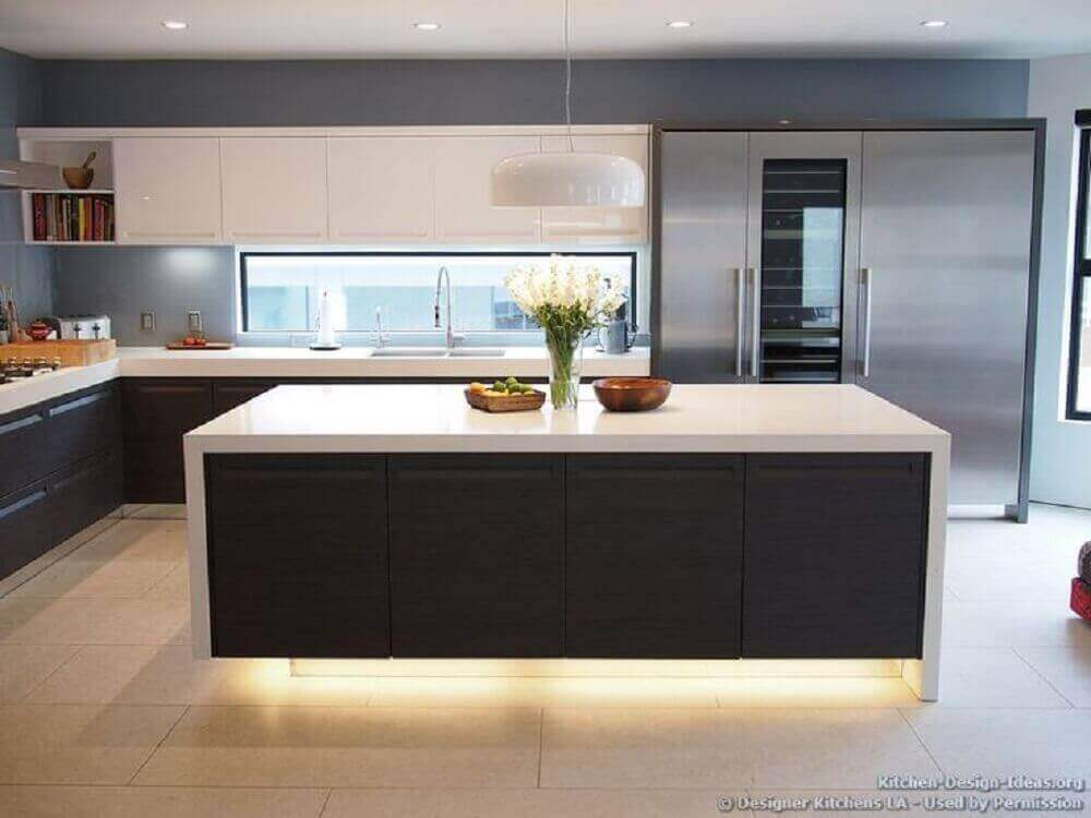 Iluminação para ilha em cozinha preta e branca