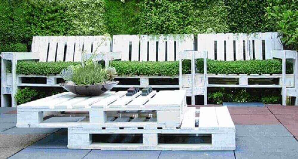 jardim com mesa de paletes